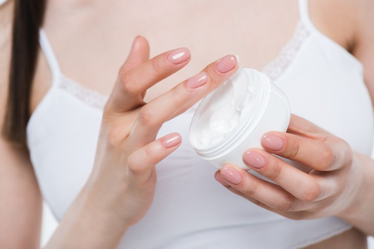 The Top Ingredients To Look For in a Moisturizer woman applying moisturizer