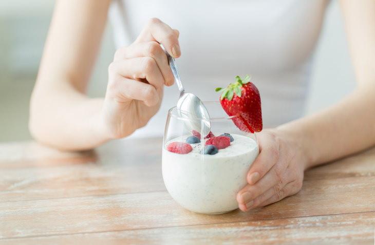 Weight Loss Snacks Greek Yogurt with Mixed Berries