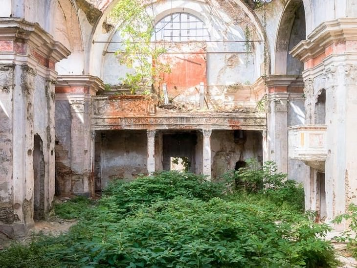 13 Stunning Photos of Abandoned Churches