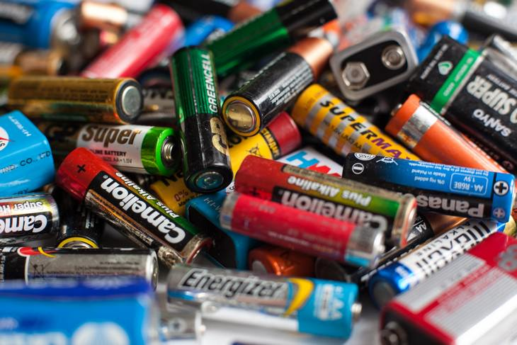 10 Items You Should Never Throw in The Garbage batteries