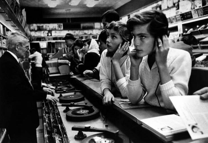 18 Fascinating Historical Photographs Teenagers at the record store, 1957