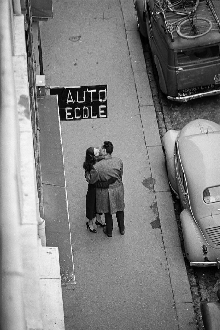 Amazing 20th Century Street Photography Uncovered kissing couple