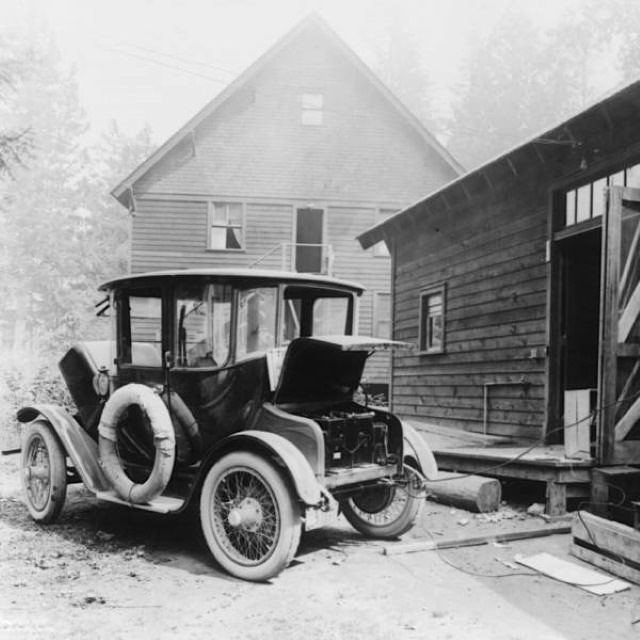 Vintage Photos Charging one of history's first electric cars (1905)