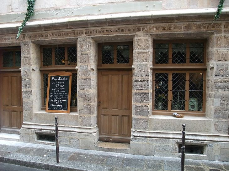 Datos Fascinantes Sobre París  La casa más antigua de París fue construida en 1407.