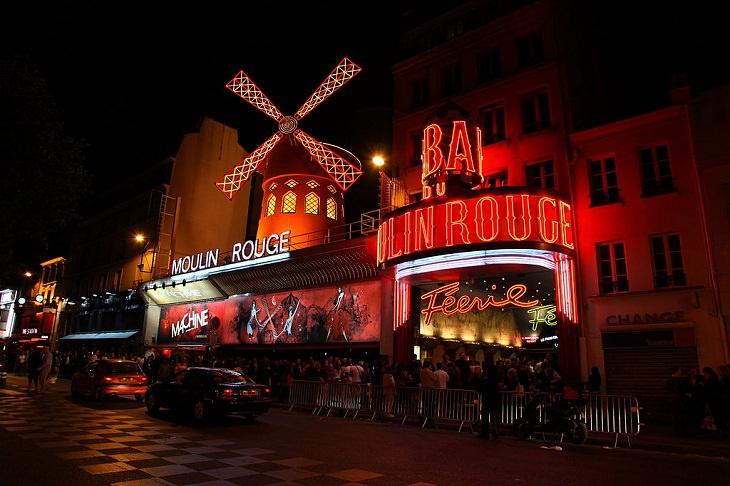 Datos Fascinantes Sobre París El Moulin Rouge funciona desde 1899.