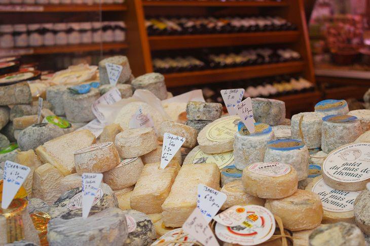 Datos Fascinantes Sobre París Las queserías de París tienen más de 1000 variedades diferentes de queso francés.