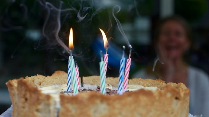 Common Customs That Originate in Ancient Greece birthday cake