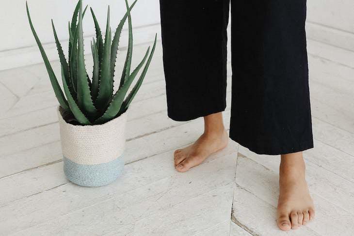 Body Language Habits That Make You Seem Disingenuous, feet