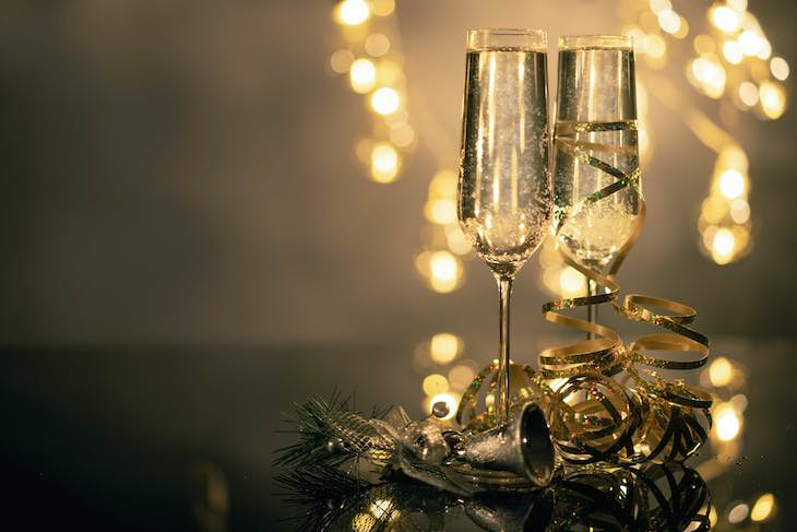 Study: A Trick to Stick to New Year's resolutions, champagne and decorations
