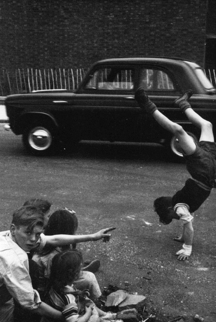 Vintage Pics of Children on London Streets, moves