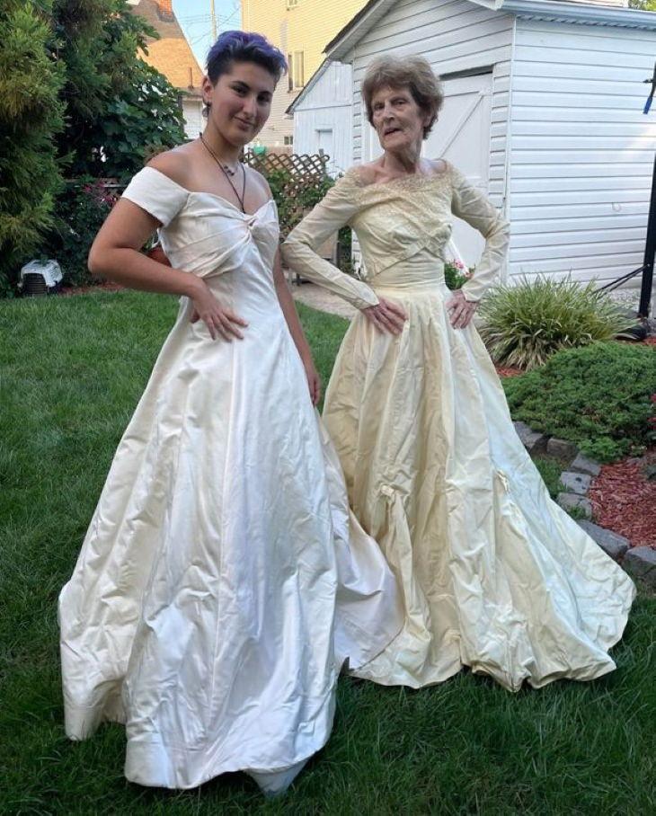 Fantasticas abuelas, su nieta y ella con vestido de novia
