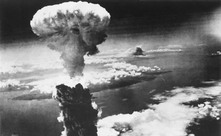 Einstein, explosión de la bomba atómica en blanco y negro