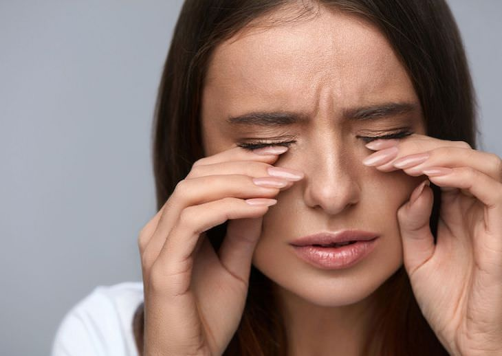Why You Should NEVER Shower with Contact Lenses On sore eyes