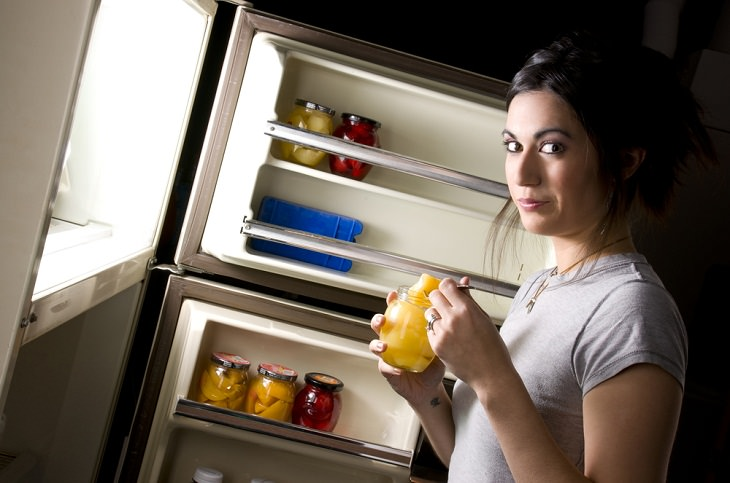 Tricks to Waking Up Early  late-night snacking
