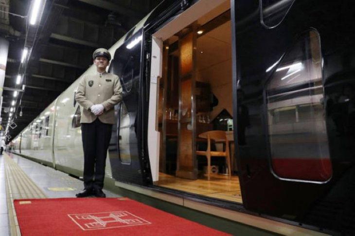 Shiki-shima Japanese train entrance