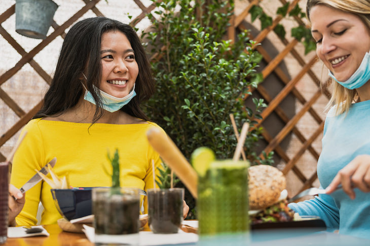 6 Expert Tips to Manage Post Pandemic Anxiety friends having lunch