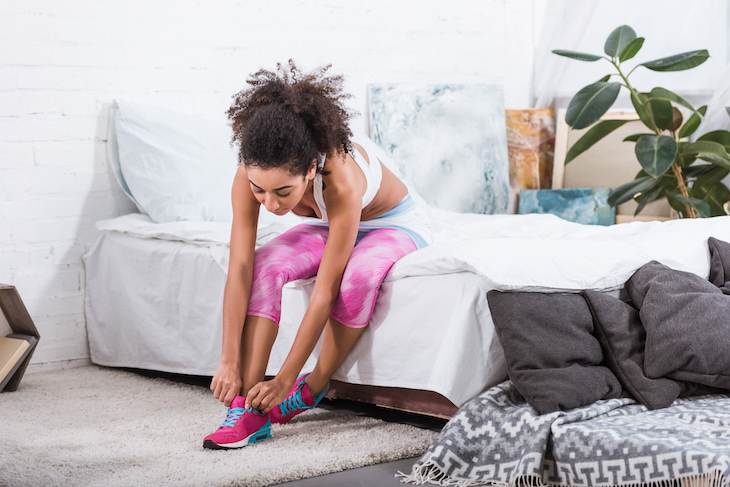 5 Healthy Monday Morning Habits To Adopt woman getting ready to work out