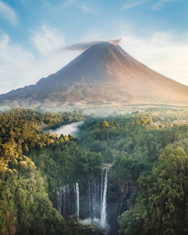 Gorgeous Places on Our Planet The Tumpak Sewu waterfall andSemeruvolcano,East Java, Indonesia