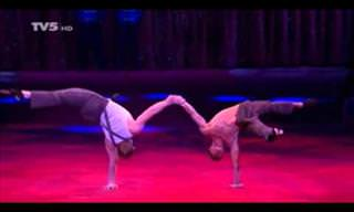 2 Incredible Acrobats Put on Quite the Show